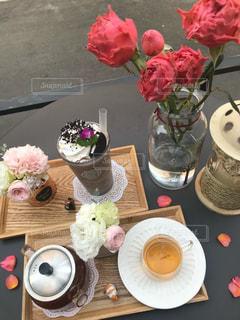 テーブルの上の花の花瓶の写真・画像素材[2121653]