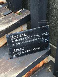 建物の横の看板の写真・画像素材[2128661]