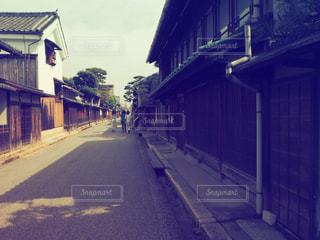 建物を背景にした狭い道の写真・画像素材[2826254]