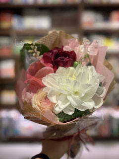 花と本棚の写真・画像素材[3090977]