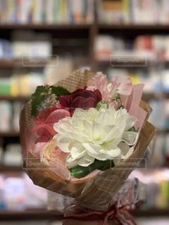 花束と本棚の写真・画像素材[3090976]