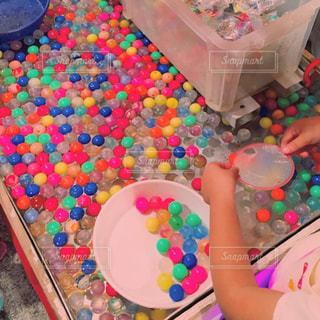 誕生日のケーキとテーブルに座っている小さな女の子の写真・画像素材[2123023]
