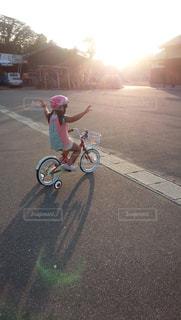 空,夏,自転車,屋外,道路,女の子,道,Tシャツ,地面,夕陽,ホイール,半袖