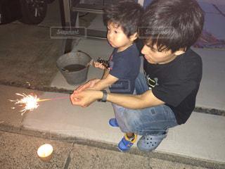夏,夜,花火,子供,パパ,男の子,2歳,お父さん,父の日,桜の木,イクメン,はじめての,手持ち花火