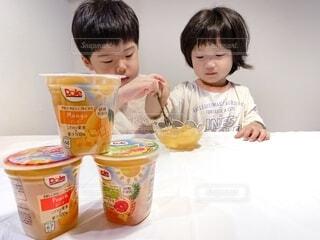 子ども,食べ物,マンゴー,デザート,テーブル,フルーツ,人物,人,幼児,少年,兄弟,DOLE,家族団らん,砂糖不使用,ご褒美スイーツ,ヘルシーおやつ,フルーツカップ
