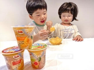 子ども,食べ物,屋内,マンゴー,デザート,テーブル,フルーツ,人物,人,赤ちゃん,食べる,幼児,少年,兄弟,ファストフード,スナック,DOLE,少し,家族団らん,ソフトド リンク,砂糖不使用,ご褒美スイーツ,ヘルシーおやつ,フルーツカップ