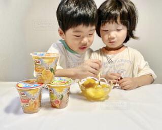子ども,食べ物,屋内,マンゴー,デザート,テーブル,フルーツ,人物,壁,人,座る,赤ちゃん,幼児,少年,兄弟,DOLE,家族団らん,砂糖不使用,ご褒美スイーツ,ヘルシーおやつ,フルーツカップ