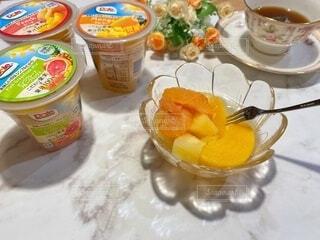 子ども,食べ物,朝食,マンゴー,デザート,テーブル,フルーツ,果物,人物,人,カップ,幼児,少年,兄弟,DOLE,家族団らん,砂糖不使用,ご褒美スイーツ,ヘルシーおやつ,フルーツカップ