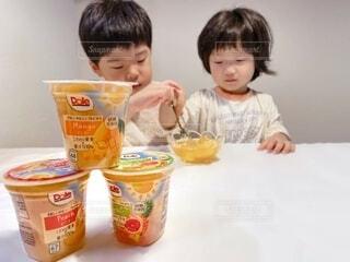 子ども,食べ物,テーブル,人物,人,座る,カップ,幼児,ファストフード,スナック,ソフトド リンク