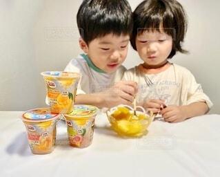子ども,食べ物,屋内,テーブル,人物,壁,人,座る,赤ちゃん,幼児,少年,ソフトド リンク