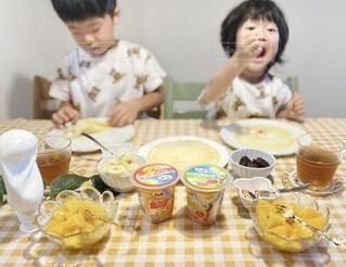 子ども,食べ物,屋内,マンゴー,デザート,テーブル,フルーツ,人物,壁,人,カップ,幼児,クレープ,少年,兄弟,誕生日ケーキ,ファストフード,スナック,DOLE,家族団らん,ソフトド リンク,砂糖不使用,ご褒美スイーツ,ヘルシーおやつ,クレープパーティ,フルーツカップ
