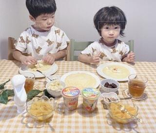 子ども,食べ物,朝食,屋内,マンゴー,デザート,テーブル,フルーツ,人物,壁,人,座る,カップ,幼児,クレープ,少年,兄弟,誕生日ケーキ,ファストフード,スナック,DOLE,家族団らん,ソフトド リンク,砂糖不使用,ご褒美スイーツ,ヘルシーおやつ,クレープパーティ,フルーツカップ