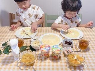 食べ物,風景,朝食,屋内,テーブル,人物,壁,人,食器,幼児,ファストフード,スナック