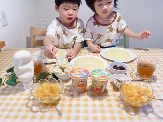 子ども,食べ物,朝食,屋内,マンゴー,デザート,テーブル,フルーツ,皿,人物,壁,人,赤ちゃん,カップ,幼児,クレープ,少年,兄弟,誕生日ケーキ,ファストフード,スナック,DOLE,家族団らん,ソフトド リンク,砂糖不使用,ご褒美スイーツ,ヘルシーおやつ,クレープパーティ,フルーツカップ