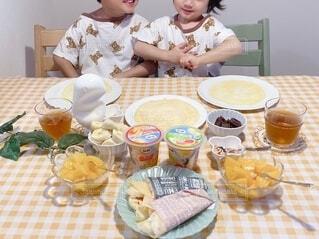 子ども,食べ物,屋内,マンゴー,デザート,テーブル,フルーツ,人物,壁,人,カップ,食べる,幼児,クレープ,少年,兄弟,誕生日ケーキ,菓子,ファストフード,スナック,DOLE,家族団らん,ソフトド リンク,砂糖不使用,ご褒美スイーツ,ヘルシーおやつ,クレープパーティ,フルーツカップ