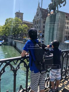スイスの川を眺める兄弟の写真・画像素材[2122542]