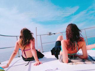 船上の女の子の写真・画像素材[2130475]