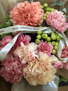 テーブルの上のピンクの花の束の写真・画像素材[2133315]