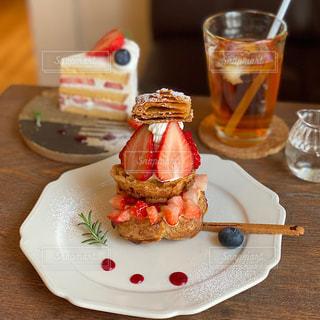 苺のショートケーキとシュークリームの写真・画像素材[3188865]