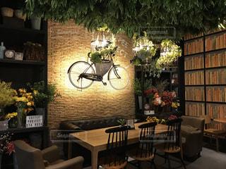 テーブルの上に家具と花瓶で満たされた部屋の写真・画像素材[2234204]