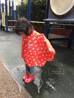 風景,公園,赤,水たまり,女の子,長靴,雨上がり,レインコート