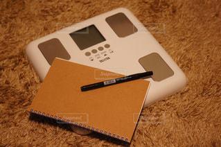 テーブルの上に座っている携帯電話の写真・画像素材[2317032]