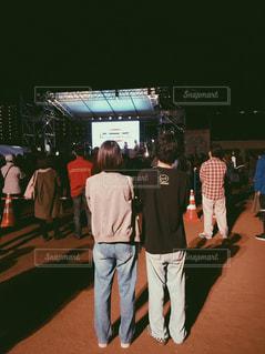 群衆の前に立っている男の写真・画像素材[2137246]