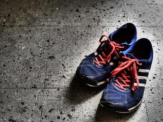 青と黒の靴を履いた足のペアの写真・画像素材[2116128]
