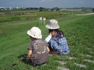 風景,空,夏,屋外,後ろ姿,帽子,子供,女の子,草,人物,人,男の子,姉弟,草木