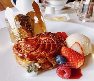 食卓の上の食べ物の皿の写真・画像素材[2122352]