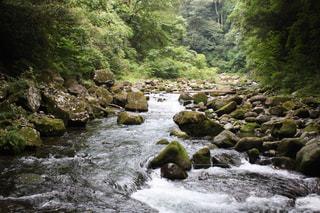 水の体の上の大きな滝の写真・画像素材[2117424]