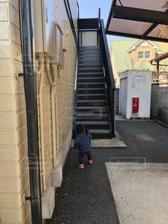 階段,子供,後姿,野外,段差