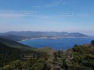山を背景にした水域の眺めの写真・画像素材[2210099]
