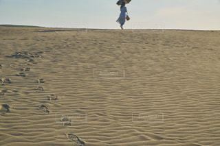 砂浜ウォーキングの写真・画像素材[2121302]