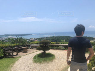 男性,カフェ,海,絶景,屋外,後ろ姿,沖縄,人物,背中,人,後姿,男の子,絶景カフェ