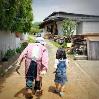 風景,春,屋外,後ろ姿,歩く,少女,人,おばあちゃん,おばあちゃんと孫