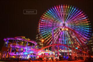 背景にコスモ時計21と夜のライトアップ都市の写真・画像素材[2126693]