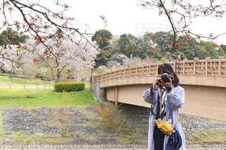 カメラを構える女の子の写真・画像素材[2234111]