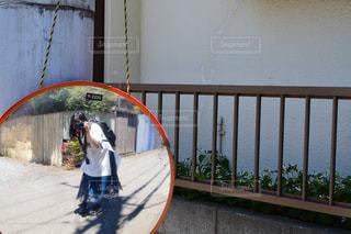 建物の前に立っている小さな男の子の写真・画像素材[2317495]