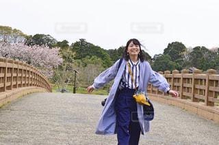 背景に橋を持つ人の写真・画像素材[2341109]