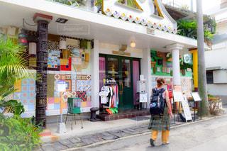店の前に立っている人の写真・画像素材[2513492]