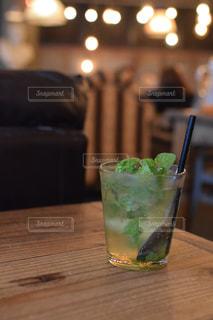 木製のテーブルの上に座っているガラスの花瓶の写真・画像素材[2784132]