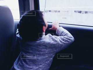 屋内,後ろ姿,車,窓,車内,見上げる,人物,背中,人,後姿,少年,男の子,カラー,後ろすがた