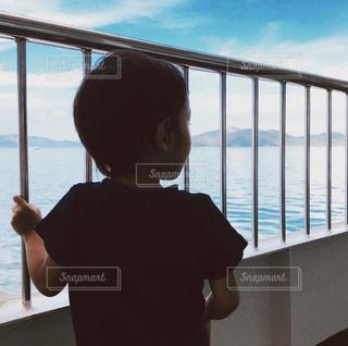 風景,海,屋外,島,船,人物,逆光,人,後姿,幼児,少年,男の子,カラー,クルーズ,船上