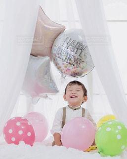 風船と少年の写真・画像素材[2282336]