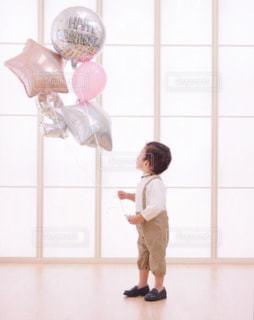風船と少年の写真・画像素材[2285159]