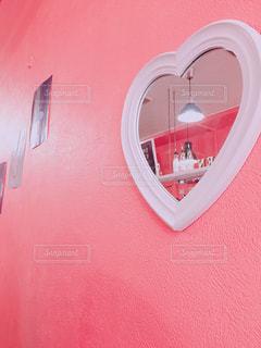 白いハートとピンクの壁の写真・画像素材[2121403]
