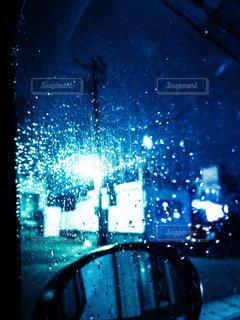 雨夜の車の中からの写真・画像素材[2119692]