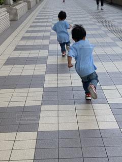 後ろ姿,子供,双子,活発,斜め,転びそう,不安定,斜め走り,転ぶ寸前