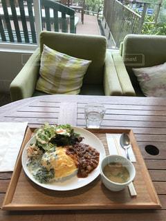 テーブルの上の食べ物の皿の写真・画像素材[2272004]
